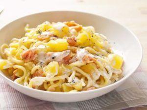 Espaguetis con salmón, patatas y nata