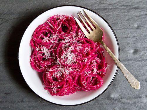 Espaguetis con pesto de remolacha