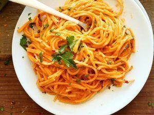 Espaguetis con crema de pimientos