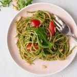 Espaguetis con pesto de rúcula y tomates
