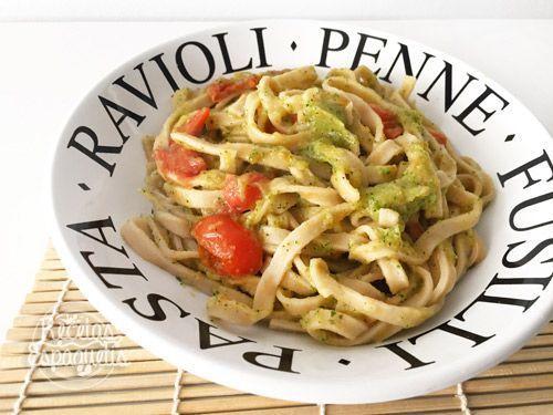 Espaguetis con pesto de calabacín y tomatitos