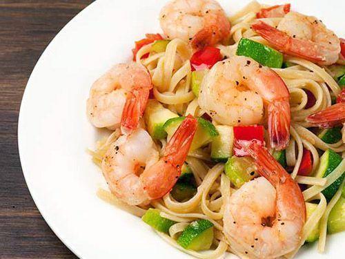 Espaguetis con verduras y gambas